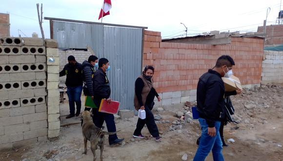 Policías del Depincri acudieron a la vivienda de los hermanos Lacuta para diligencias