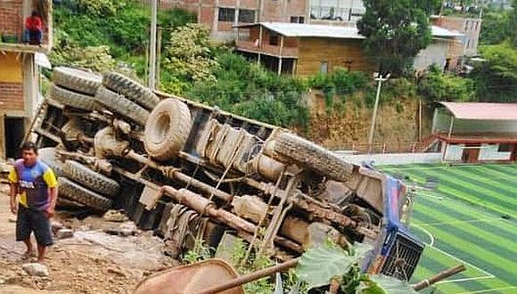 Camión con madera volcó en estadio de la Municipalidad de Pataz
