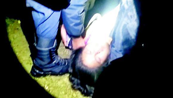 Mujer termina con fierro de construcción incrustado en el muslo tras violento asalto