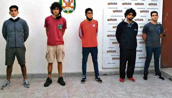 Los cinco sujetos fueron detenidos en sus viviendas luego de la denuncia de la víctima por violación en Surco. (PNP)