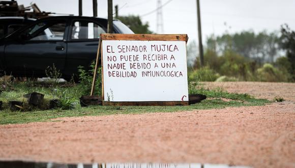 """Los senadores José Mujica y Lucía Topolansky decidieron cumplir las normas preventivas contra el coronavirus COVID-19 y se encerraron en su chacra (casa de campo) con un cartel en la entrada que avisa de que no pueden """"recibir a nadie"""". (Foto: EFE)"""