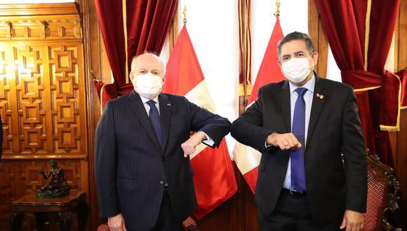 Pedro Cateriano se saludó así con el presidente del Congreso, Manuel Merino de Lama. (Foto: PCM)