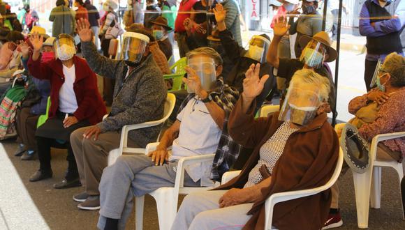 Adultos de Cerro Colorado felices de vacunarse contra el coronavirus en Arequipa| Foto: Leonardo Cuito