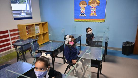 Los estudiantes asisten a una clase en la Escuela Primaria Motolinia mientras el aprendizaje presencial regresa después de ser detenido en medio de la pandemia de COVID-19 en la Ciudad de México el 30 de agosto de 2021 (Foto: PEDRO PARDO / AFP).