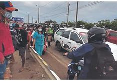 Transportistas acatan paro y bloquean puente en Tumbes