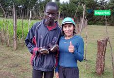 Gladys Tejeda regaló zapatillas a deportista keniano de bajos recursos