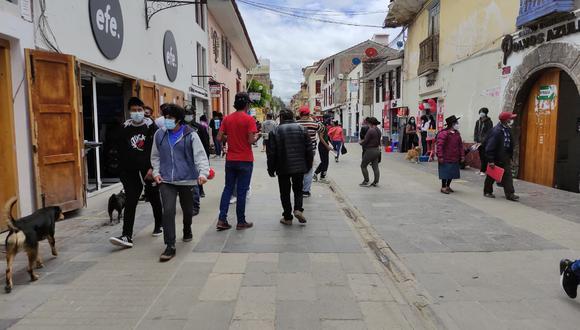 Grupos de personas salen a las calles pese a estar prohibidos