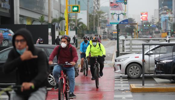 Un ciclista debe tener claro que la vereda es sólo para peatones y si desea transitar por ella, tendrá que hacerlo a pie llevando su bicicleta. (Foto: Lino Chipana Obregón / GEC)