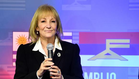 La alcaldesa de Montevideo electa a Carolina Cosse, del partido Frente Amplio, gesticula durante una rueda de prensa en la sede del partido en Montevideo el 27 de septiembre de 2020. (AFP/PABLO PORCIUNCULA).