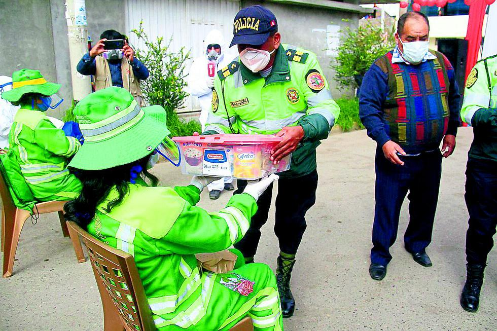 Huancayo: Policía sorprende a mamitas que barren las calles