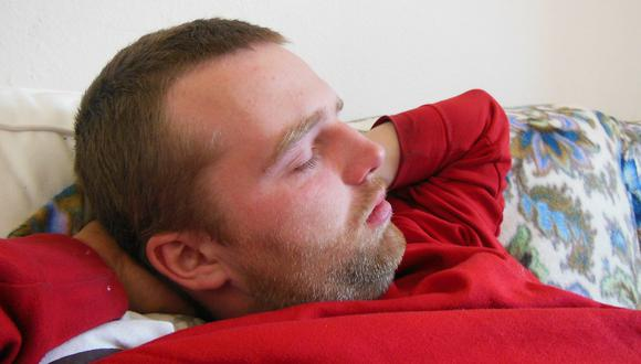 Imagen referencial de un hombre durmiendo. (Foto referencial: Pixabay)