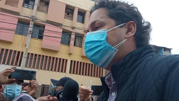 """Excongresista llegó a sufragar al colegio San Juan en Trujillo y tras emitir su voto, pidió calma a la población, pues asegura que vendrán """"tiempos mejores para el Perú""""."""