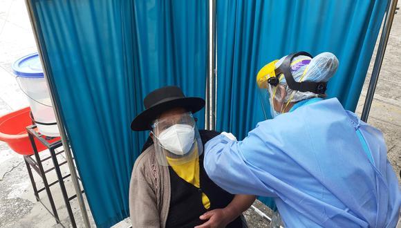 Instan a que todos los ancianos que ya recibieron la primera, acudan para terminar de recibir la inmunidad contra el mortal coronavirus