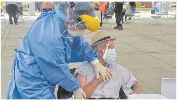 Ministerio de Salud entregó ayer 17550 dosis del laboratorio Pfizer. Esta cantidad, sumado al primer lote de 9360 vacunas, ayudará a proteger al 89% de adultos mayores de 80 años que viven en la región. Aún se necesitan otras 3400 dosis para atender a toda esta población.