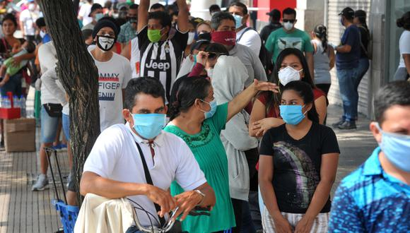 La gente atesta las calles de Guayaquil a pesar de la crisis causada por el nuevo coronavirus COVID-19 en esta ciudad ecuatoriana. (Foto: AFP/José Sánchez)