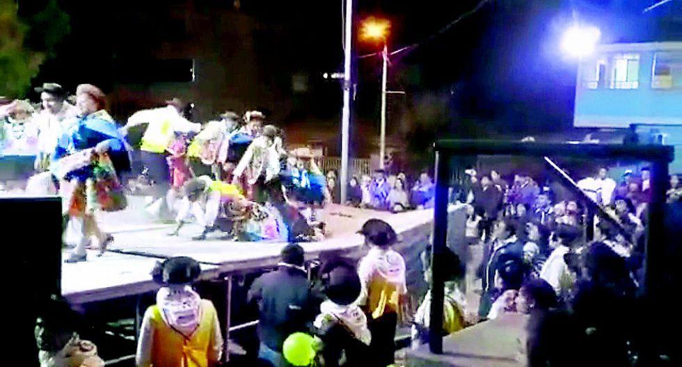 Bailarines de huaylarsh en riesgo por escenario  que se parte a la mitad en plena presentación (VIDEO)