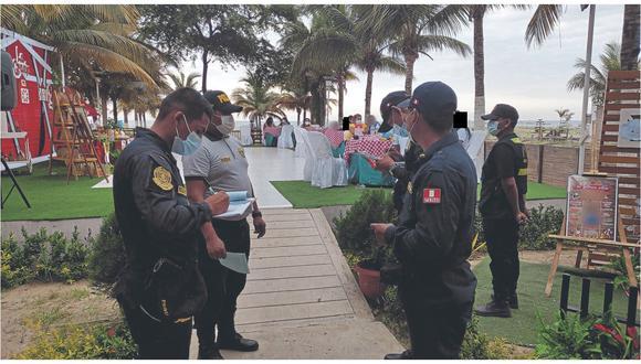 Agentes del orden multan a los adultos por transgredir norma de bioseguridad al organizar fiesta infantil en casa de playa.
