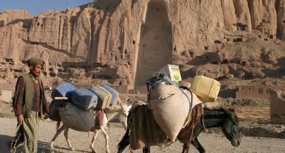 Un hombre afgano con sus burros camina por las cuevas de Buda el domingo 14 de agosto de 2005 en Bamiyán, Afganistán. (reeditado el 1 de marzo de 2021). (EFE/EPA/SYED JAN SABAWOON).