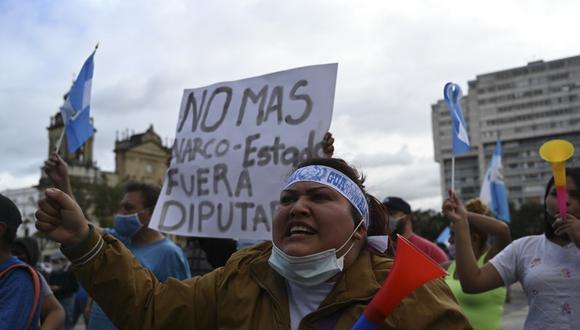 Los manifestantes participan en una protesta exigiendo la renuncia del presidente guatemalteco Alejandro Giammattei, en la Ciudad de Guatemala. (Johan ORDONEZ / AFP)