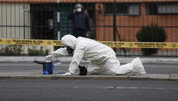 Agente de la UDEX verificando con cautela el contenido del paquete sospechoso que fue abandonado en San Isidro. | Foto: César Bueno.