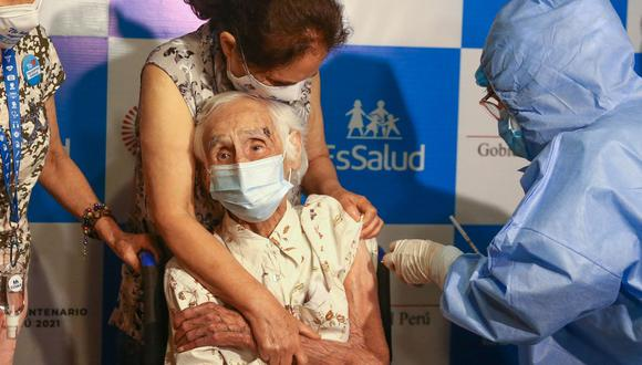 Personal de EsSalud llegó a su vivienda en Lince a fin de que reciba la primera dosis de la vacuna de Pfizer contra la COVID-19. (Foto: Andina)