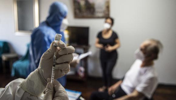 La Asociación Peruana de Empresas de Seguros (Apeseg) habilitó la plataforma 'Vacuna para Todos' con el fin de agilizar la campaña de inmunización para adultos mayores de los seguros privados. (Foto: Ernesto Benavides / AFP)