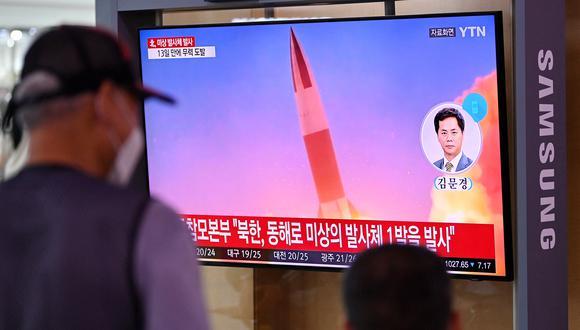 La gente ve una transmisión de noticias de televisión que muestra imágenes de archivo de una prueba de misiles de Corea del Norte, después de que se disparara un 'proyectil no identificado' al mar frente a su costa este, según el Ejército del Sur. (Foto: Jung Yeon-je / AFP)