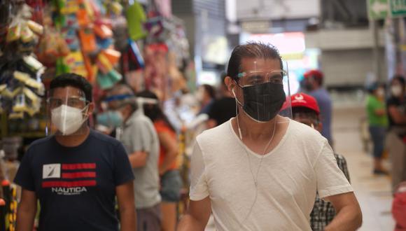 El uso de doble mascarilla será obligatorio para acudir a supermercados, mercados, centros comerciales, y otros lugares en el marco del estado de emergencia por el COVID-19. (Foto: Eduardo Cavero/ GEC)