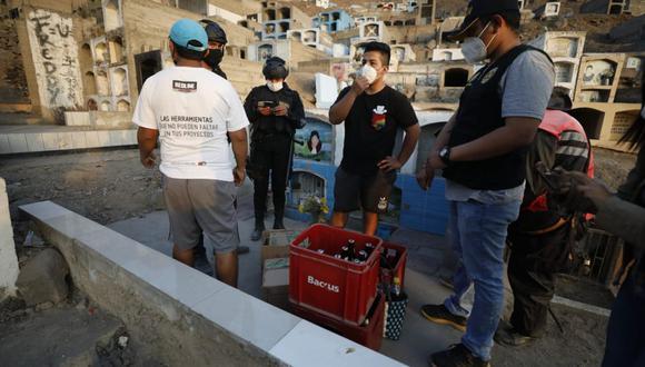 Los agentes de la comisaría de Comas, integrantes del Escuadrón Verde y serenos decomisaron tres cajas de cerveza. (Foto: César Bueno / @photo.gec)