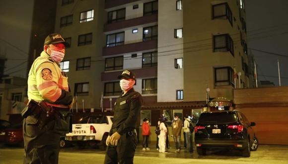 La Policía llegó al hostal y procedió a iniciar la investigación de la muerte de la mujer. (Foto: José Rojas/GEC)