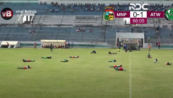 Futbolistas se lanzaron al suelo para evitar picaduras de las abejas.   Foto: Captura de pantalla.