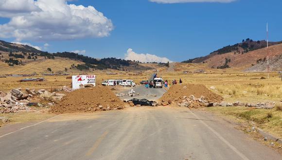 Piquetes de huelguistas bloquearon los accesos a la ciudad con montículos de tierra. (Foto: Feliciano Gutiérrez)