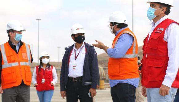 Ica: El ministro de Transportes y Comunicaciones, Carlos Lozada, supervisó el reinicio de las obras en Terminal Portuario General San Martín de Paracas. También recorrió el Aeropuerto Internacional de Pisco - Capitán FAP Renán Elías Olivera. (Foto MTC)