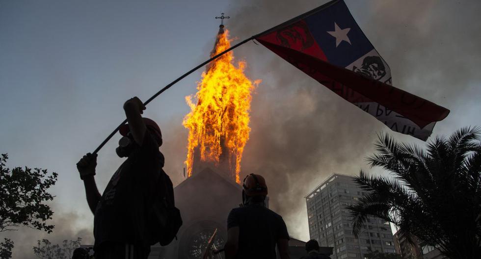 Encapuchados incendian y dañan dos iglesias tras masiva manifestación en Santiago de Chile (VIDEO)