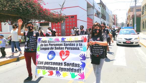 Personas con discapacidad auditiva marcharon exigiendo respeto a sus derechos