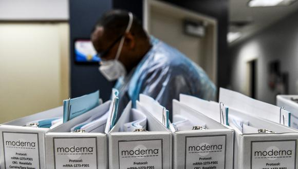 Moderna se convierte en la segunda empresa estadounidense, tras Pfizer, que solicita autorización de emergencia para empezar a vender su producto. (CHANDAN KHANNA / AFP)