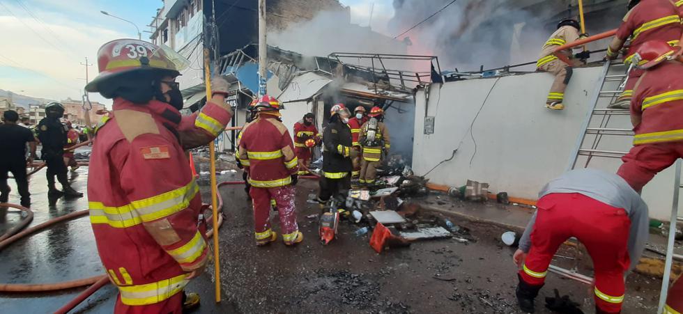 Cusco: Incendio viene arrasando con al menos cuatro locales comerciales (Foto: Juan Sequeiros)