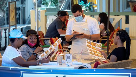 La gente pide comida en el café On Ocean 7 en Miami Beach, Florida, Estados Unidos, el 8 de julio de 2020. (EFE/EPA/CRISTOBAL HERRERA-ULASHKEVICH).