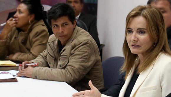 Martens tras la reunión de su sector con representantes de los docentes, entre ellos Pedro Castillo.