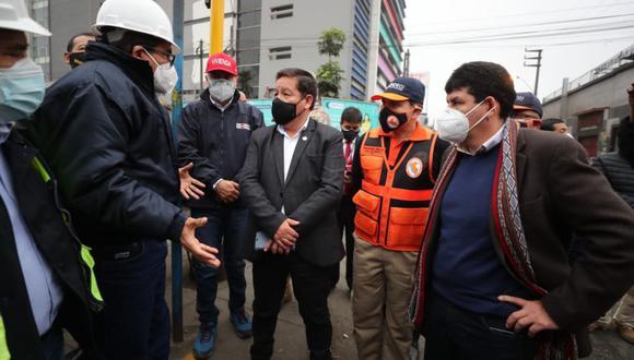 El primer ministro, Guido Bellido, llegó a San Juan de Lurigancho para constatar los avances de los trabajos de restablecimiento del servicio de agua en el distrito   Foto: PCM