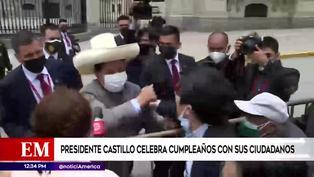 Pedro Castillo saludó a ciudadanos en exteriores de Palacio de Gobierno en su cumpleaños (VIDEO)