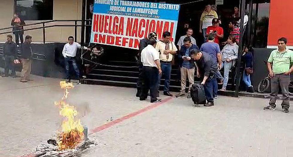 Trabajadores del Poder Judicial queman expedientes en su segundo día de huelga