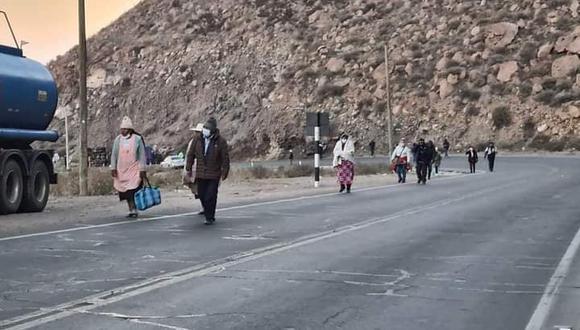 Pasajeros pasaron la noche en la carretera y otros caminaron varios kilómetros para llegar a su destino. (Foto: Correo)