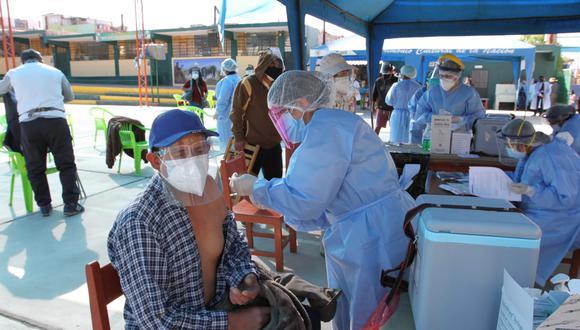Empezaron a vacunar a mayores de 60 años en Arequipa  Foto: Leonardo Cuito