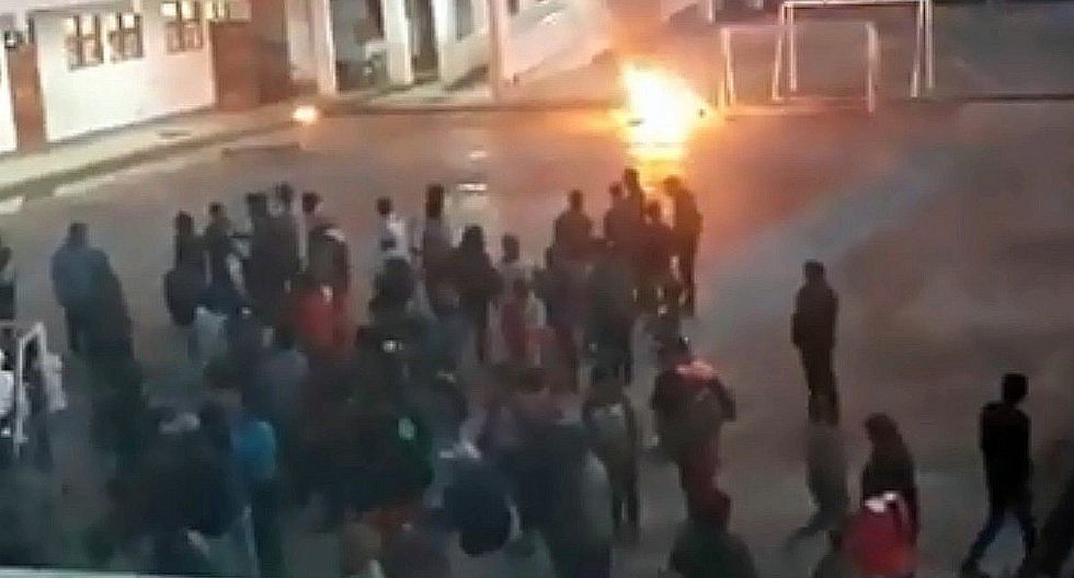 Turba destroza e incendia equipos del voto electrónico de la ONPE