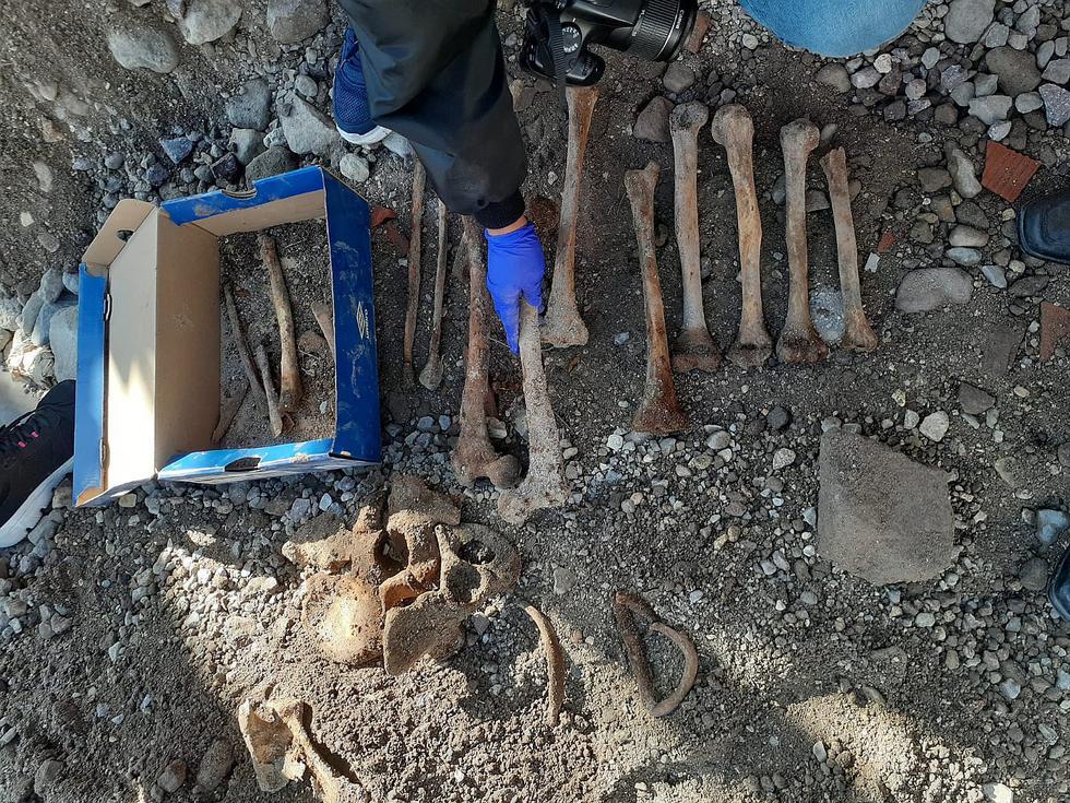 Trabajadores de una obra descubren los restos de tres personas enterradas