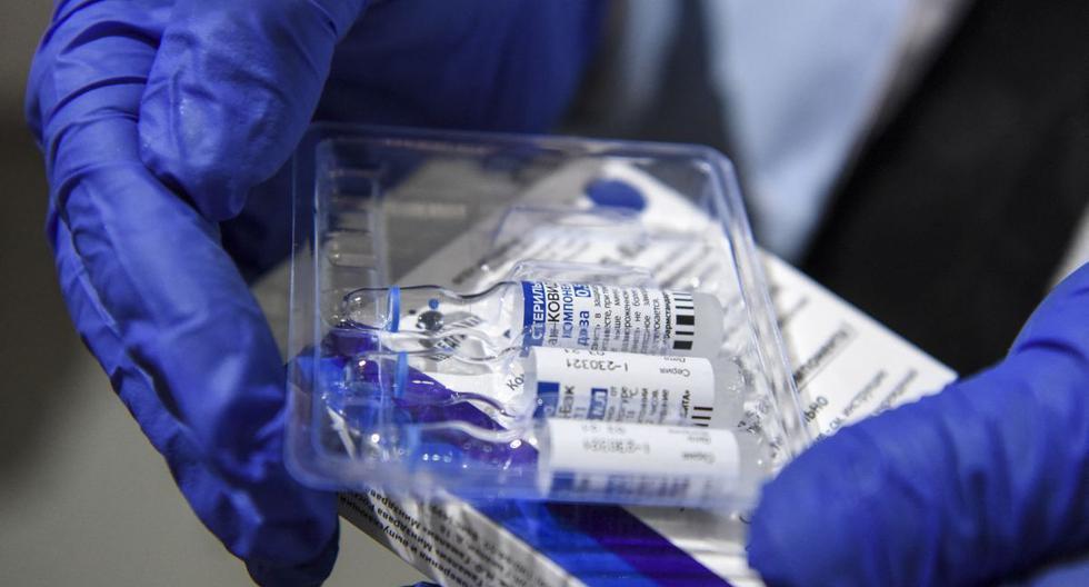 Imagen referencial. Una enfermera saca viales de la vacuna Sputnik V contra el coronavirus. (Robert ATANASOVSKI / AFP).
