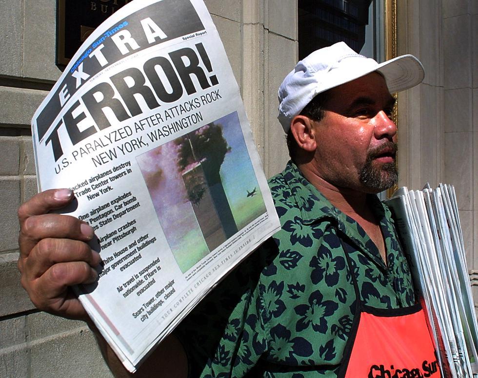 """El vendedor de periódicos Carlos Mercado vende la edición """"Extra"""" del Chicago Sun-Times impresa el 11 de septiembre de 2001, después de los ataques terroristas en Estados Unidos. (Foto: SCOTT OLSON / AFP)"""