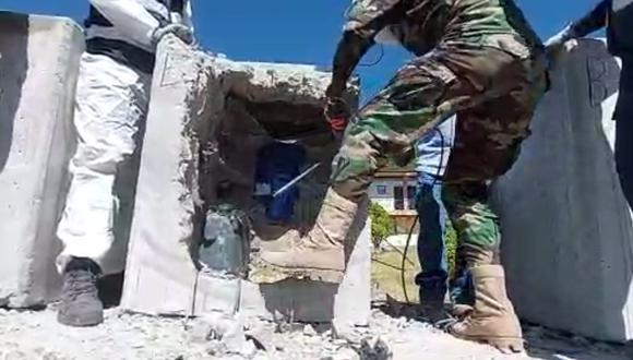 Los agentes tuvieron que utilizar un taladro para abrir cada bloque de concreto. (Foto: Captura de video)