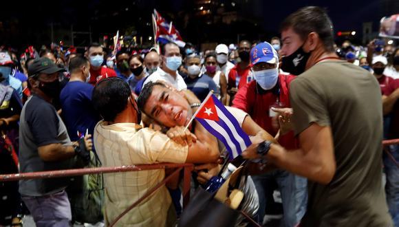 Un hombre es arrestado durante un acto de apoyo a la revolución, en La Habana (Cuba). (Foto: EFE/ Ernesto Mastrascusa